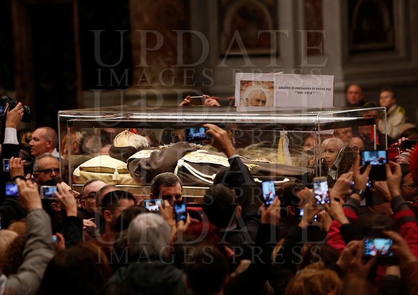 La teca contenente le spoglie di San Pio arriva nella Basilica di San Pietro, Citta' del Vaticano, 5 febbraio 2016.<br /> The box containing the corpse of Saint Pio da Pietralcina is carried inside St. Peter's Basilica at the Vatican, 5 February 2016.<br /> UPDATE IMAGES PRESS/Riccardo De Luca<br /> <br /> STRICTLY ONLY FOR EDITORIAL USE