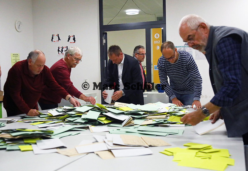 Sortieren der Stimmzettel in der Büttelborner Pestalozzischule beginnt und die Helfer freuen sich über die hohe Wahlbeteiligung - Büttelborn 28.10.2018: Bürgermeister- und Landtagswahl