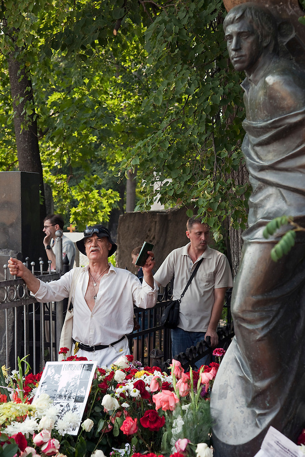 Moscow, Russia, 25/07/2010..A man recites a poem by Vladimir Vysotsky as hundreds of Russians gather at the grave of the legendary bard singer, poet and actor  to mark the 30th anniversary of his death. Vysotsky, an alcoholic and heroin addict who died in 1980 aged 42 of a heart attack, is best known for his songs of Soviet prison and military life, and his acting on stage and screen. Much of his work was officially unpublished during his lifetime, and he remains a potent anti-authoritarian symbol of protest to Russians of all ages even today.