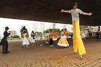 SAO PAULO, SP, 14 MARCO 2013 - PROJETO TEATRO NOS PARQUES - Um grupo do projeto Teatro nos Parques se apresenta no vao do MASP na av Paulista divulgando o lançamento do projeto no dia 16 de marco, o projeto da Cooperativa Paulista de Teatro, acontece gratuitamente nos parques publicos da cidade de Sao Paulo com o objetivo de formar publico e descentralizar a producao teatral, levando espetaculos a todas as regioes da capital, grande Sao Paulo e interior atingindo todas as faixas etarias e camadas sociais. Tem o Apoio da Secretaria do Verde e Meio Ambiente, da Prefeitura de Sao Paulo, da TV Globo Sao Paulo, nessa quinta-feira, 14. (FOTO: LEVY RIBEIRO / BRAZIL PHOTO PRESS)