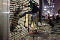 SAO PAULO,SP,18 DE JUNHO DE 2013,PROTESTO EM SP CONTRA A TARIFA ACABA EM CONFRONTO COM A PM E VANDALISMO,No comeco da noite desta terca(18) o protesto teve inicio na pra da Se e alguns manifestantes partiram para as ruas ,ma depois houve confronto com a PM e muitos manifestantes depredaram lojas e saquearam mercadorias diversas,atearam fogo em lixeiras na rua Barão de Itapetininga no centro proximo ao Teatro Municipal,FOTO:WARLEY LEITE/BRAZIL PHOTO PRESS
