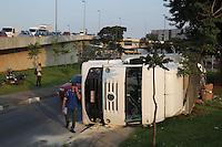 GUARULHOS,  SP, 06 DEZEMBRO 2012 - TOMBAMENTO CARRETA -  Uma carreta que transportava varias cargas, tombou na alca de acesso a Av Cruzeiro do Sul no bairro do Bom Retiro, o motorista nao ficou ferido no acidente. FOTO: LUIZ GUARNIERI / BRAZIL PHOTO PRESS).