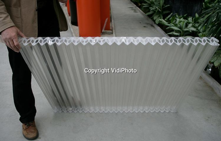 Foto: VidiPhoto..BEMMEL - De Lexa ZigZag platen bij het bedrijf van Stef Huisman in kassengebied Bergerden in Bemmel. Met deze platen wordt zonnewarmte opgevangen voor de eerste energie leverende kas van Nederland.