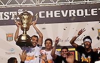 SÃO PAULO, SP,13 MAIO 2012 - CAMPEONATO PAULISTA - SANTOS x GUARANI FINAL Edu Dracena,Elano,Rafael e Neymar  jogadores do Santos comemoram Titulo apos  partida Santos x Guarani válido pela final do Campeonato Paulista no Estádio Cicero Pompeu de Toledo (Morumbi), na região sul da capital paulista na tarde deste domingo (13). (FOTO: ALE VIANNA -BRAZIL PHOTO PRESS).