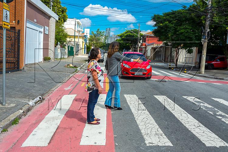 Pedestre sinalizando para carro parar, São Paaulo - SP, 04/2017.