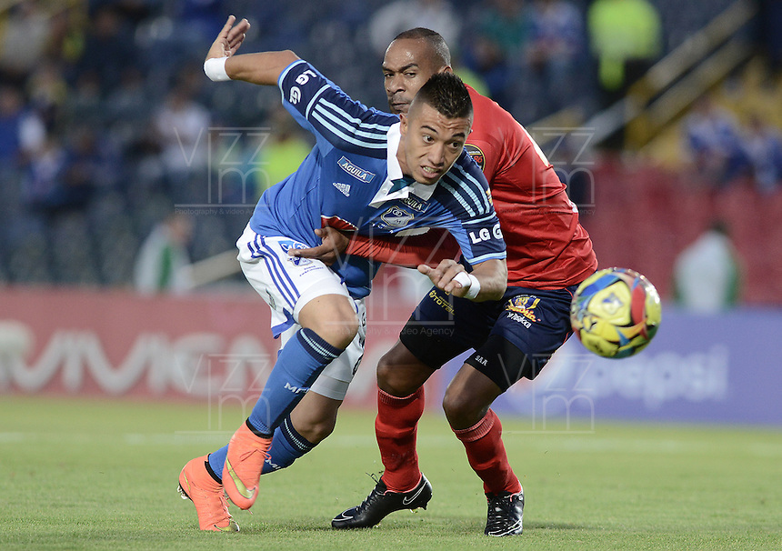 BOGOTÁ -COLOMBIA, 02-11-2014. Fernando Uribe (Izq) jugador de Millonarios disputa el balón con Carlos Saa (Der) jugador de Uniautónoma durante partido por la fecha 16 de la Liga Postobón II 2014 jugado en el estadio Nemesio Camacho el Campín de la ciudad de Bogotá./ Fernando Uribe (L) player of Millonarios fights for the ball with Carlos Saa (R) player of Uniautonoma during the match for the 17th date of the Postobon League II 2014 played at Nemesio Camacho El Campin stadium in Bogotá city. Photo: VizzorImage/ Gabriel Aponte / Staff