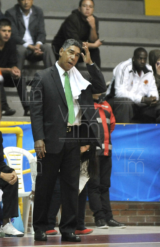 BOGOTA - COLOMBIA - 05-04-2013: José Tapias técnico de Piratas de Bogotá gesticula durante  partido abril 5 de 2013. Piratas y Manizales Once Caldas en la  fecha 23 de  la Liga Directv Profesional de baloncesto en partido jugado en el Coliseo El Salitre. (Foto: VizzorImage / Luis Ramírez / Staff).  José Tapias coach of Piratas from Bogota gestures during the match April 5, 2013. Piratas and Manizales Once Caldas in the match for the 23 date of the Directv Professional League basketball, game at the Coliseo El Salitre. (Photo: VizzorImage / Luis Ramirez / Staff).