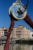 """France, Aquitaine, Pyrénées-Atlantiques, Pays Basque,   Saint-Jean-de-Luz : Au port de pêche le Thonier Canneur """"Aïrosa"""" débarque  ses filets  pour la pêche à la sardine ou au chinchard  qui va servir d'appat  vivant (peïta) pour la pêche au thon à la canne - En fond la maison de l'Infante//  France, Pyrenees Atlantiques, Basque Country,  Saint Jean de Luz : Fishing port,  Line tuna vessel """"Airosa"""" landed his nets for fishing sardines or mackerel will use as live bait (Peita) for tuna fishing cane - In the background the house of the Infanta"""