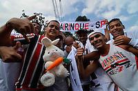 SÃO PAULO, SP, 31 DE MARÇO DE 2013 - CAMPEONATO PAULISTA - SÃO PAULO x CORINTHIANS: Torcedores do São Paulo com o Coelho da Páscoa antes da partida São Paulo x Corinthians, válida pela 16ª rodada do Campeonato Paulista de 2013, disputada no estádio do Morumbi em São Paulo. FOTO: LEVI BIANCO - BRAZIL PHOTO PRESS