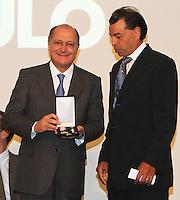 ATENCÃO EDITOR: FOTO EMBARGADA PARA VEICULO INTERNACIONAL - SÃO PAULO, SP, 05 NOVEMBRO 2012 - TRANSFERÊNCIA DO ED ERMÍNIO DE MORAES PARA O GOVERNO DO ESTADO   - O governador Geraldo Alckmin entrega a medalha dos bandeirantes a Luis Ermírio de Moraes na assinatura nessa segunda-feira, do termo de transferência do Edifício Ermírio de Moraes para o Governo do Estado. O prédio, localizado na praça Ramos de Azevedo, abrigará a Secretaria da Agricultura e faz parte do plano de revitalização do centro de São Paulo. Na região central da cidade nessa, segunda 5. (FOTO: LEVY RIBEIRO / BRAZIL PHOTO PRESS)