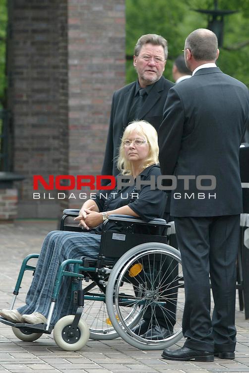 Abschied von Inge Meysel<br /> <br /> Die Schauspielerin Inge Meysel wird auf dem Ohlsdorfer Friedhof neben ihren Ehemann John Olden beigesetzt. Die Trauerfeier findet in der Halle B statt. <br /> <br /> Stieftochter von Inge Meysel und Peter Knuth empfangen die Gaeste.<br /> <br /> Foto &copy; nordphoto / Anja Heinemann<br /> <br />  *** Local Caption *** Foto ist honorarpflichtig! zzgl. gesetzl. MwSt.<br />  Belegexemplar erforderlich<br /> Adresse: nordphoto<br /> Georg-Reinke-Strasse 1<br /> 49377 Vechta