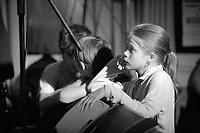 Jeune chanteuse de kan an diskan (12 ans) - On constate couramment de jeunes chanteurs ou musiciens absorbés par les artistes plus connus se produisant sur scene.Fest-Noz au bar Le Kenhuel