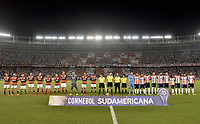 BARRANQUIILLA - COLOMBIA, 30-11-2017: Jugadores de Junior y Flamengo durante los actos protocolarios previo al partido de vuelta entre Atlético Junior de Colombia y Flamengo de Brasil por la semifinal 2 de la Copa CONMEBOL Sudamericana 2017  jugado en el estadio Metropolitano Roberto Meléndez de la ciudad de Barranquilla. / Players of Junior and Flamengo during the formal events prior the second leg match between Atlético Junior of Colombia and Flamengo of Brazil for the semifinal 2 of the Copa CONMEBOL Sudamericana 2017played at Metropolitano Roberto Melendez stadium in Barranquilla city.  Photo: VizzorImage / Gabriel Aponte / Staff