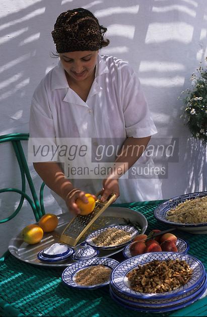 Afrique/Maghreb/Maroc/Essaouira : Villa Maroc, Fatima Zohra la cuisinière de la Villa prépare ses délicieuses boulettes de mostelle à la tomate [Non destiné à un usage publicitaire - Not intended for an advertising use]