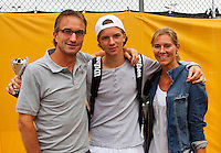 10-08-13, Netherlands, Rotterdam,  TV Victoria, Tennis, NJK 2013, National Junior Tennis Championships 2013,  Prize giving, Guus Koevermans with his parents<br /> <br /> Photo: Henk Koster