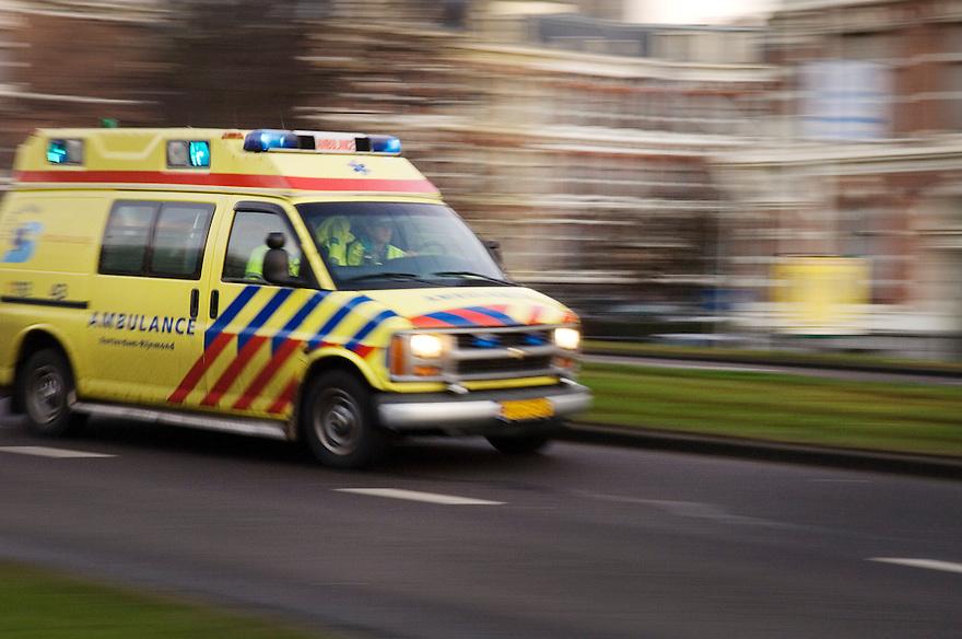 Nederland, Rotterdam, 6 jan 2007.Ambulance met zwaailicht.Foto (c) Michiel Wijnbergh