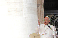 Papa Francesco benedice i fedeli al termine dell'udienza generale del mercoledi' in Piazza San Pietro, Citta' del Vaticano, 7 ottobre 2015.<br /> Pope Francis blesses the faithful at the end of his weekly general audience in St. Peter's Square at the Vatican, 7 October 2015.<br /> UPDATE IMAGES PRESS/Isabella Bonotto<br /> <br /> STRICTLY ONLY FOR EDITORIAL USE
