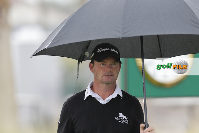 Alex Cejka (GER) takes shelter on the 1st tee during Thursday's Round 1 of the 2017 CareerBuilder Challenge held at PGA West, La Quinta, Palm Springs, California, USA.<br /> 19th January 2017.<br /> Picture: Eoin Clarke | Golffile<br /> <br /> <br /> All photos usage must carry mandatory copyright credit (&copy; Golffile | Eoin Clarke)