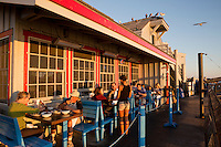 United States of America, California, Santa Barbara County, Santa Barbara: Santa Barbara Shellfish Company restaurant on Stearns Wharf | Vereinigte Staaten von Amerika, Kalifornien, Santa Barbara County, Santa Barbara: Santa Barbara Shellfish Company Restaurant auf der Stearns Wharf