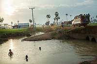 October 26, 2013 - Kampong Chhnang. Garment factory workers come back home in Span Dieg village, 40km north of Phnom Penh. © Thomas Cristofoletti / Ruom