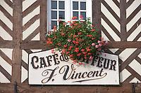 Europe/France/Normandie/Basse-Normandie/14/Calvados: Pays d'Auge/Beuvron-en-Auge: détail d'une maison à colombage du village - enseigne du Café du Coiffeur