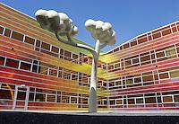 ALMERE- La Defense. Het gebouw waar het UWV en Belastingkantoor gevestigd zijn. Kunst in de binnentuin