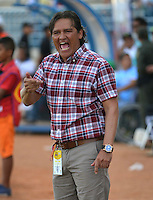 MONTERIA - COLOMBIA -21 -02-2015: Flabio Torres, tecnico de Once Caldas, da instrucciones a los jugadores durante partido entre Jaguares FC y Once Caldas por la fecha 6 de la Liga Aguila I-2015, jugado en el estadio Municipal de Monteria de la ciudad de Monteria.  / Flabio Torres, coach of Once Caldas, to the players during a match between Jaguares FC andOnce Caldas for the  date 6 of the Liga Aguila I-2015 at the Municipal de Monteria Stadium in Monteria city, Photo: VizzorImage  / Jose Perdomo / Cont.