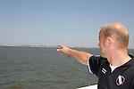 NORDERNEY Trainer Thomas Schaaf bleibt Norderney treu. Nachdem er bereits elfmal mit Fu&szlig;ball-Bundesligist Werder Bremen ins Trainingslager auf die Nordseeinsel gefahren ist, um sein Team auf eine Saison vorzubereiten, will er die Sportpl&auml;tze und die dort gebotene Betreuung auch f&uuml;r seinen neuen Verein, Eintracht Frankfurt, nutzen. Das Trainingslager ist f&uuml;r die Zeit vom 6. bis 12. Juli geplant.<br /> Archiv aus: FBL 06/07 Tag 1<br /> <br /> Trainingslager Werder Bremen Norderney 2006 <br /> <br /> Cheftrainer Thomas Schaaf auf der F&auml;hre, im Hintergrund die Insel Norderney<br /> <br /> Foto &copy; nordphoto <br /> <br /> <br /> <br />  *** Local Caption ***
