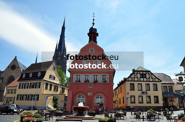 Historischer Marktplatz Gau-Algesheim mit der Kath. Pfarrkirche St. Cosmas und Damian, dem Rathaus und Brunnen