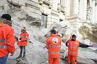Roma, 7 Dicembre 2012.Fontana di Trevi.Lavoratori infermieri e autisti soccorritori del sistema di emergenza sanitaria 118 denunciano ai cittadini nel centro di Roma i licenziamenti di personale qualificato chiedendone il reintegro.
