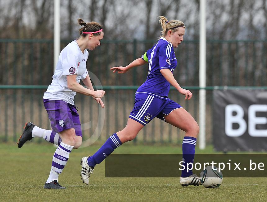 RSC Anderlecht Dames - Beerschot :  Sophie Mannaert aan de bal voor  Nicoletta Aafke Den Ridder.foto DAVID CATRY / Vrouwenteam.be