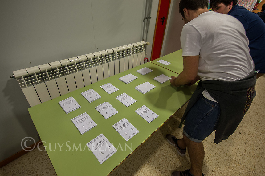 Catalan independence vote in Barcelona. The election goes ahead at a polling staion at the 'Ecole Barcelona' School despite the election being declared illegal by the government. 1-10-17