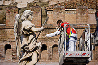 Roma 24 Novembre 2015<br /> Sopralluogo per la manutenzione conservativa delle statue di ponte Sant' Angelo. I tecnici al lavoro sulla statua Angelo con la spugna (&quot;Potaverunt me aceto&quot;) dello scultore Antonio Giorgetti.<br /> Rome 24 November 2015<br /> Survey for the conservative maintenance of the statues of the bridge Sant 'Angelo. Technicians work on the statue Angel with the Sponge (&quot;Potaverunt me vinegar&quot;) by sculptor Antonio Giorgetti.