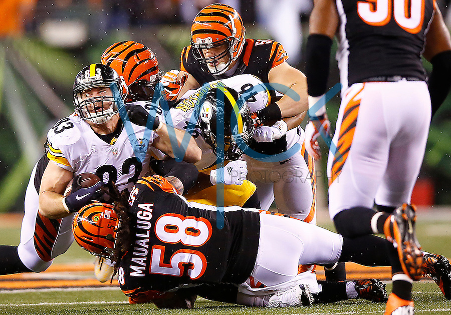 Heath Miller #83 of the Pittsburgh Steelers is tackled by Rey Maualuga #58 of the Cincinnati Bengals in the first quarter during the Wild Card playoff game at Paul Brown Stadium on January 9, 2016 in Cincinnati, Ohio. (Photo by Jared Wickerham/DKPittsburghSports)