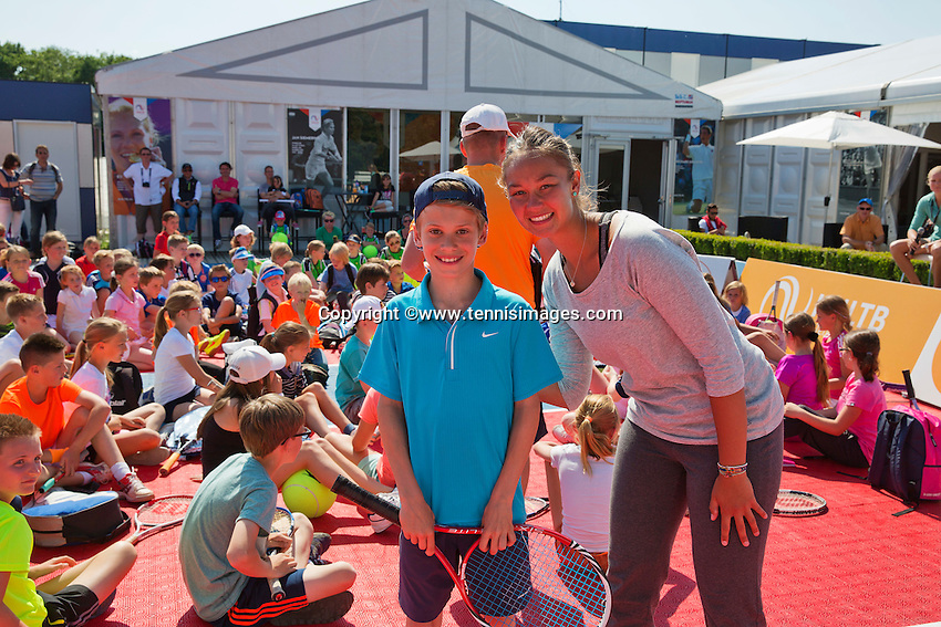 Netherlands, Rosmalen , June 10, 2015, Tennis, Topshelf Open, Autotron, Kidsday, Kids press conference with Indy de Vroome and Lesley Kerkhove (NED), Lesley plays volley challenge with a kid<br /> Photo: Tennisimages/Henk Koster