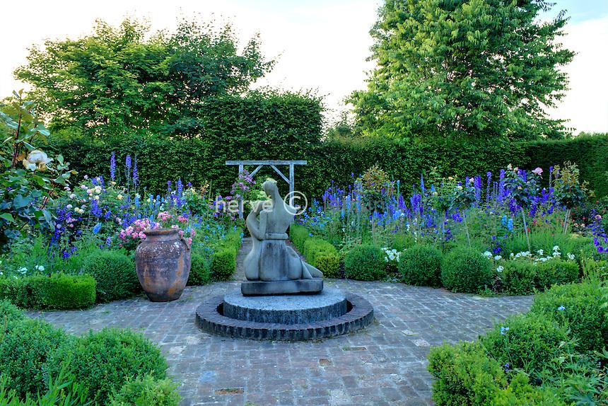 """Jardins du pays d'Auge (mention obligatoire dans la légende ou le crédit photo):.""""jardin de l'amour courtois"""" avec carrés de buis et Delphinium et rosiers."""