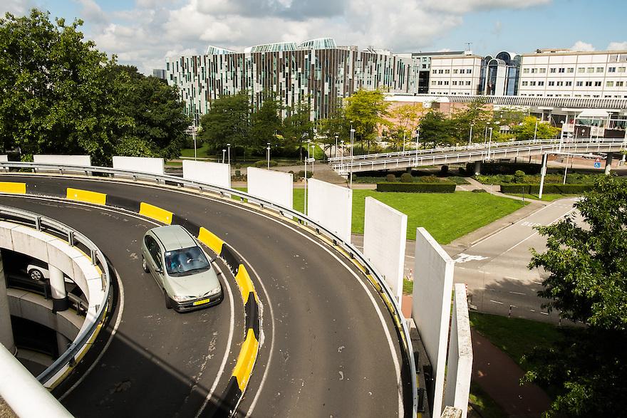 Nederland, Utrecht, 1 sept 2014<br /> UMC op De Uithof, de campus van de Universiteit van Utrecht. Universitair Medisch Centrum is het universiteitsziekenhuis van Utrecht. Op de voorgrond de toegangsweg tot de parkeergarage van het ziekenhuis.<br /> Foto (c) Michiel Wijnbergh
