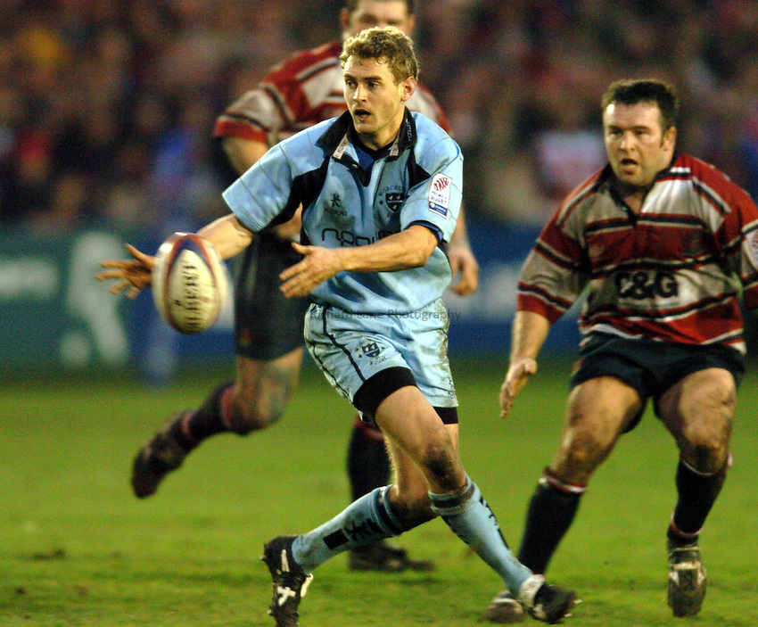 Photo. Henry Browne..Gloucester v Worcester. Zurich  Premiership. 29/01/2005..James Brown passes the ball..