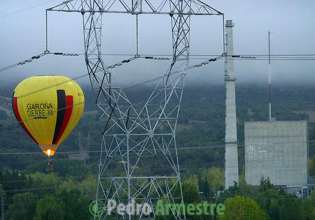 La central nuclear de Santa María de Garoña se encuentra en la península formada por un meandro del río Ebro, situada a la altura del pueblo del mismo nombre en el valle burgalés de Tobalina. La central nuclear Santa María de Garoña es una central nuclear de generación eléctrica del tipo BWR que tiene una potencia instalada de 460 MW. Desde el año 2006 es la central nuclear en activo más antigua de España, tras el cierre de la central de José Cabrera. 19 octubre 2004(c)Pedro ARMESTRE