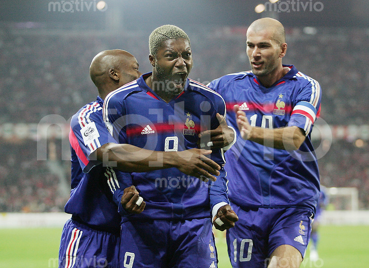 Fussball International WM Qualifikation Schweiz 1-1 Frankreich JUBEL FRA, Torschuetze Djibril Cisse (mitte) umarmt von Zinedine Zidane (re) und Sylvain Wiltord (hinten)