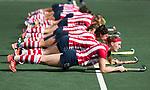 AMSTELVEEN - HDM speelsters met, Grace Huberts (HDM) op de voorgrond, bereidt zich voor op de wedstrijd. voor de wedstrijd..Hoofdklasse competitie dames, Hurley-HDM (2-0) . FOTO KOEN SUYK