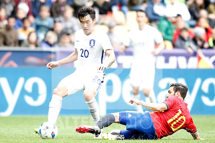 Spain's Cesc Fabregas (r) and South Korea's Hyunsoo Jang during friendly match. June 1,2016.(ALTERPHOTOS/Acero)