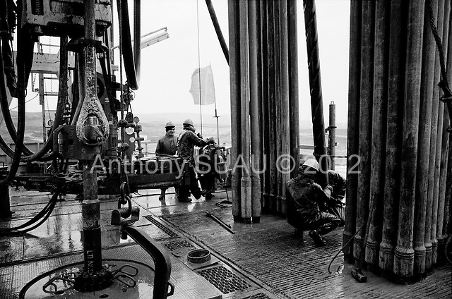 near Tawke, Kurdistan.January 25, 2006..Chinese and Kurdish oil workers drill for oil on the new oil drilling platform run by Norwegian company DNO and the Kurdish government. It is the first new oil operation in Iraq since the war in 2003 and the first foreign company in Iraq/Kurdistan in 20 years.