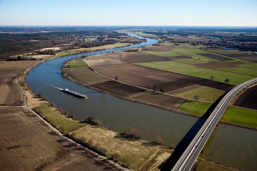 Nederland, Limburg, Gemeente Horst aan de Maas, 07-03-2010; Binnenvaartschip op de Maas ter hoogte van Koninginnenbrug N 270 tussen Wanssum en Well. Rechts van de rivier de lokatie voor de toekomstige hoogwatergeul tussen Wanssum en bij Ooijen (aan de verre horizon). Foto in zuidelijke richting.Een hoogwatergeul stroom alleen bij hoogwater mee met de rivier. De hoogwaterbestrijding wordt gecombineerd met natuurontwikkeling..Meuse with to the right of the river the location for the future flood channel between Wanssum Ooijen (on the far horizon). A flood channel functions only in case of high waters. Flood control is combined with the developement of 'new nature'..luchtfoto (toeslag), aerial photo (additional fee required).foto/photo Siebe Swart