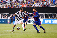 EAST RUTHERFORD, EUA, 22.07.2017 - JUVENTUS-BARCELONA -Gerard Pique (D) do Barcelona (ESP) disputa bola com Mario Mandzukic  da Juventus (ITA) valido pela Internacional Champions Cup no MetLife Stadium na cidade de East Rutherford nos Estados Unidos neste sábado, 22.(Foto: William Volcov/Brazil Photo Press)