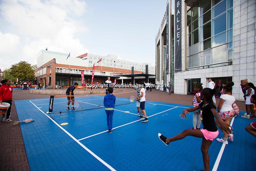 September 11, 2014, Netherlands, Amsterdam, Ziggo Dome, Davis Cup Netherlands-Croatia, Draw, Street tennis with Thiemo de Bakker (NED)<br /> Photo: Tennisimages/Henk Koster