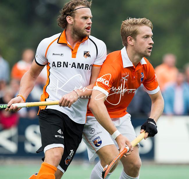 BLOEMENDAAL - Mats de Groot  van Bloemendaal met Bob de Voogd (l)   tijdens  de wedstrijd tussen de mannen van Bloemendaal en Oranje-Zwart (1-2). Copyright Koen Suyk