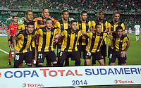 CALI -COLOMBIA-25-09-2014. Jugadores de Peñarol de Uruguay  posan para una foto previo al partido  contra Deportivo Cali de Colombia por la segunda fase, llave 6, de la Copa Total Sudamericana 2014 jugado en el estadio Pascual Guerrero de la ciudad de Cali./ Players of Peñarol of Uruguay pose to a photo prior the match against Deportivo Cali de Colombia for the second phase, key 6, of the Total Sudamericana Cup played at Pascual Guerrero stadium in Cali city.  Photo: VizzorImage/STR