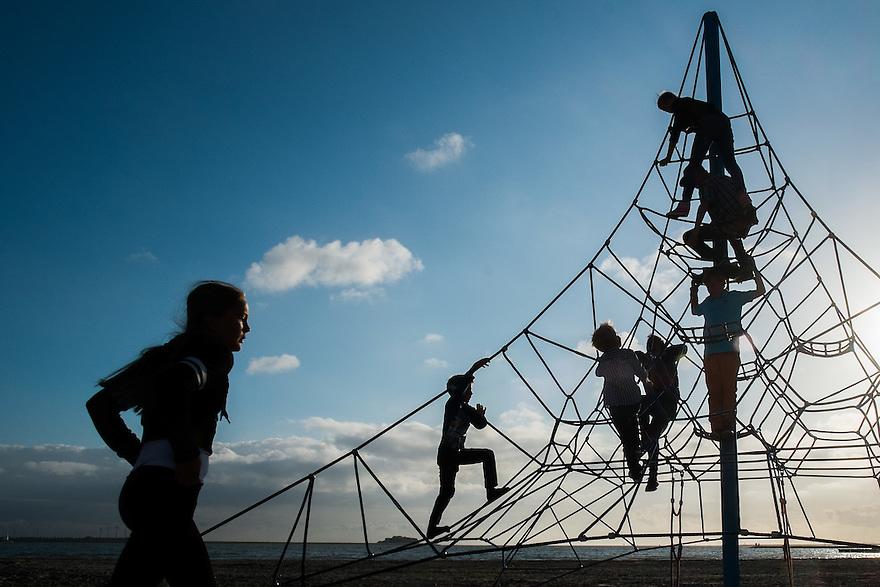 Nederland, Lemmer, 30 aug 2014<br /> Kinderen spelen in een klimtoren van touw. <br />  <br /> Foto (c) Michiel Wijnbergh