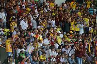 ARMENIA -COLOMBIA, 24-05-2015. Hinchas de Atletico Huila y Deportes Tolima animan a sus equipos durante partido de vuelta por los cuadrangulares finales de la Liga Aguila I 2015  jugado en el estadio Centenario de la ciudad de Armenia./ Fans of Atletico Huila and Deportes Tolima cheer their teams during the second leg match for the final Quadrangulars on the Liga Aguila I 2015 played at Centenario stadium in Armenia city. Photo: VizzorImage/Santiago Osorio/Cont